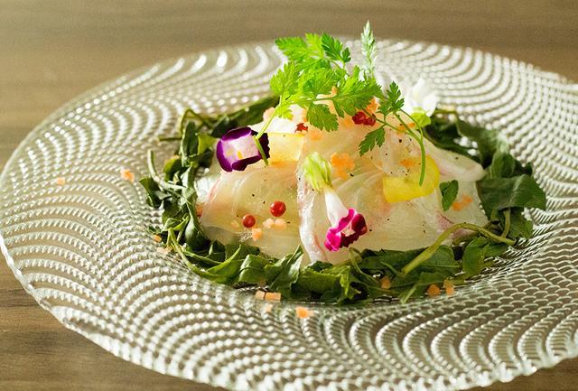 画像: 「鮮魚のカルパッチョ」は、鮮魚と蒸した茶葉を抹茶ドレッシングで