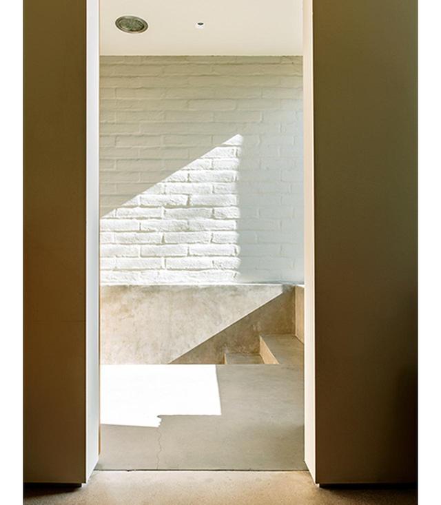 画像: 影絵による舞台劇 主寝室の浴室には、サウスウェスト建築にキュービスムっぽい感覚を採り入れ、シャワーへと降りる階段をつけた