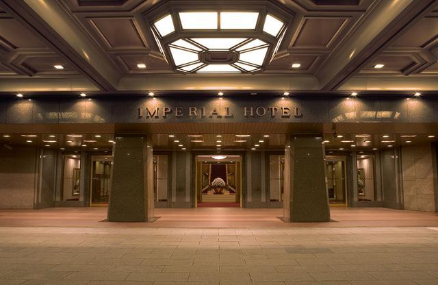 画像: 正面玄関ではドアマンがプロのお出迎え。重厚感と格式を感じさせるメインエントランス