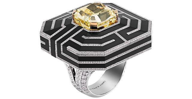 画像: 「ラビラント リング」 <ホワイトゴールド、イエローゴールド、ダイヤモンド、オニキス、クッションカット ファンシー インテンス イエロー ダイヤモンド1石(13.01カラット)> COURTESY OF VAN CLEEF & ARPELS