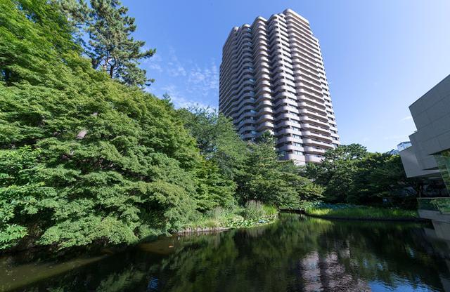 画像: 日本庭園から見た高層ビルのホテル棟