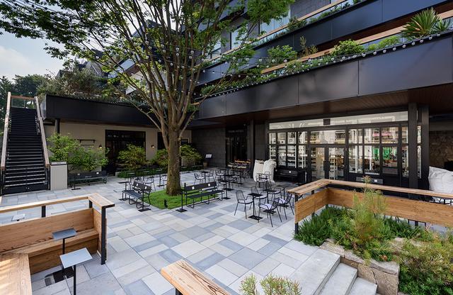 """画像: テラスのような青空""""ガーデン""""は、滞在者、カフェ利用者のみならず、ふらっとストアに買い物に訪れた人も利用する"""