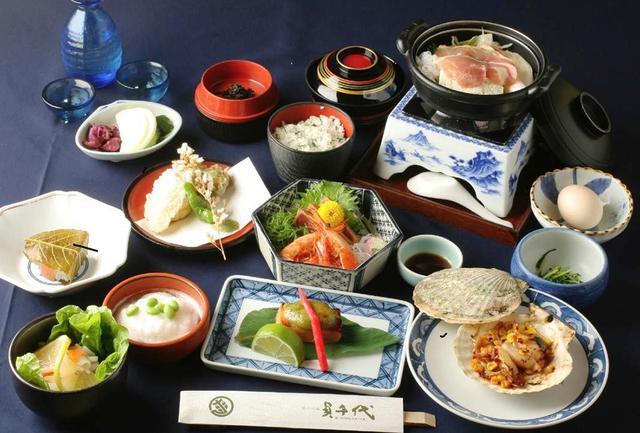 画像: 夕食の「町衆料理」。江戸時代の町人や商人が好んで食べていた料理を再現