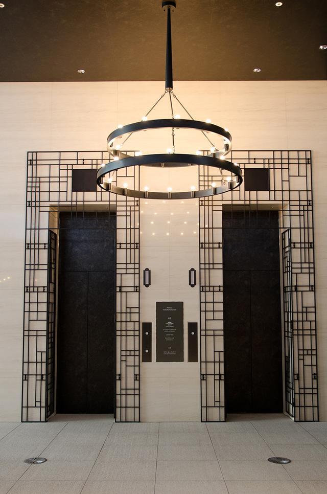 画像: 自宅に戻り、部屋へと向かうようなエレベーターホール