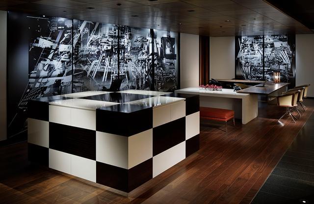 画像: フリーな印象のライブラリーラウンジ&レセプション。壁のビジュアルが昼夜で変化するのもユニーク