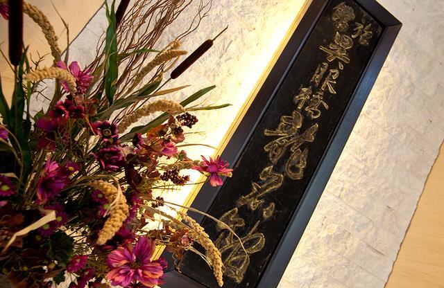 画像: 1階からエレベーターで15階のレセプションまで。その入り口には歴史ある看板が飾られている
