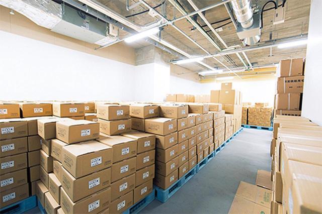 画像: 地下の備蓄倉庫。東日本大震災のような大規模な災害を想定し、帰宅困難者の受け入れを想定。備蓄品が整然と積み上げられている COURTESY OF GINZA SIX