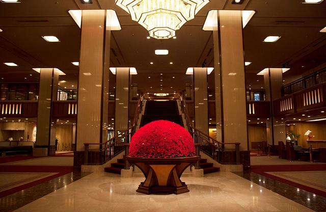 画像: 常に季節感のある大きな生花のブーケが目を引くメインロビー。格式ある空間ながら、多くの人が待ち合わせにも利用する安心安全なスペースでもある