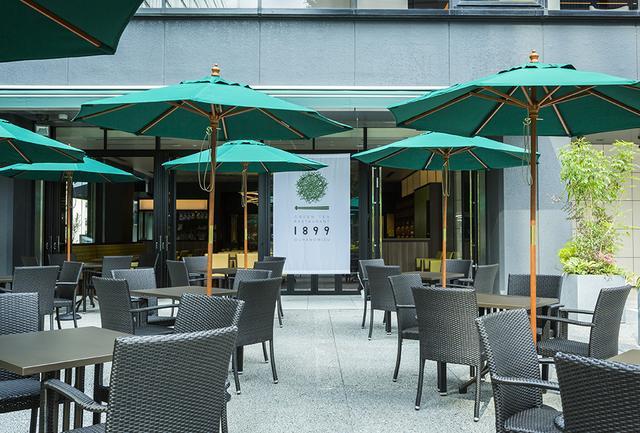 画像: レストラン「GREEN TEA RESTAURANT 1899 OCHANOMIZU」のパティオにおかれたパラソルとテーブル