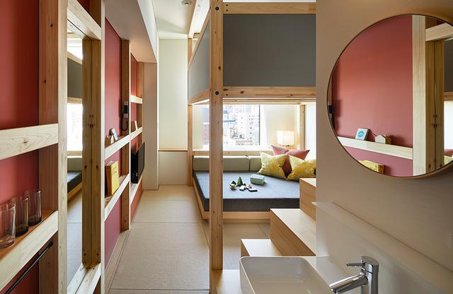 画像: 「YAGURA Room」の室内。こちらはピンク系の客室。 櫓の上階にはツイン仕様のベッドがおかれている