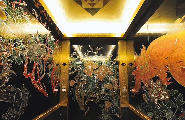 画像: 艶やかな螺鈿のエレベーター。原図は橋本静水。貝の内側の、虹色に輝く真珠層の光が神秘的