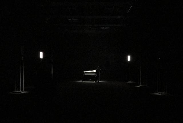 画像: 展示空間にはピアノ、LEDモニタと14チャンネルの音響を実現するスピーカー、そしてラジオも配置されている PHOTOGRAPH BY MASANOBU MATSUMOTO