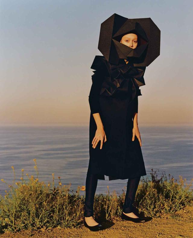 """画像: 2016-'17年 秋冬コレクションの""""超構築的ドレス""""。ナイロンのネックピースは幾何学的なフォルムの精密なハニカム構造 ワンピース¥169,000、Tシャツ¥17,000、レギンス ¥18,000、靴¥39,000 コム デ ギャルソン(ジュンヤ ワタナベ・コム デ ギャルソン) TEL. 03(3486)7611"""