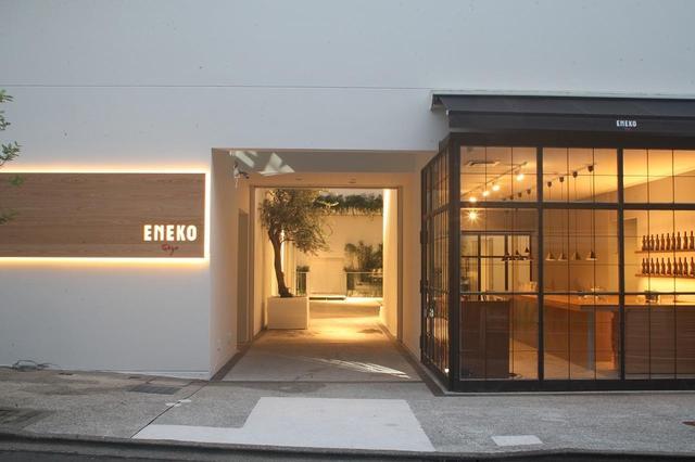 画像: 1階には、昨年11月に気軽な「ENEKO Bar」もオープン。バスク特有の「ピンチョス」と呼ばれる、手でつまんで食べる小さなつまみや生ハムと、スペインのワインが楽しめる PHOTOGRAPHS: COURTESY OF ENEKO TOKYO