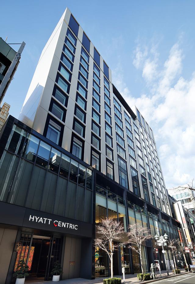 画像: 銀座並木通りに面して建つホテルのファサード。エントランスからエレベーターで4階のレセプションへ