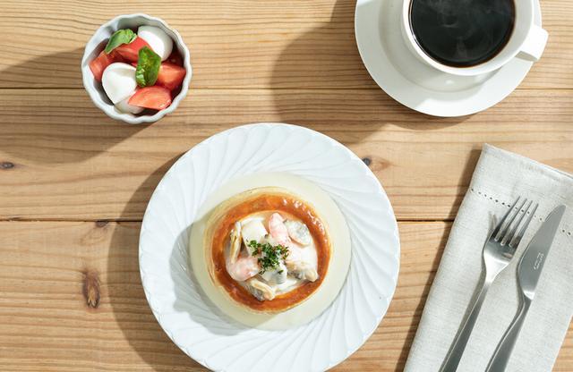 画像: 朝食は、パイ生地の器にシチューやサラダを詰めたヴォロヴァンが主役の「OMOrning Set」。 シチュー2種類、サラダ、フルーツの4種類で展開し、写真は「魚介のフリカッセ」。 下町深川の佃煮「あさり」をメインに海老やホタテが入ったホワイトシチューは美味! PHOTOGRAPHS: COURTESY OF OMO5