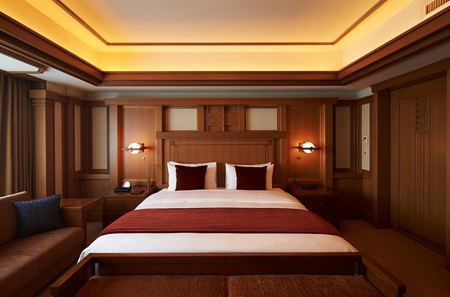 画像: 旧本館(ライト館)を設計した建築家フランク・ロイド・ライトの意匠を再現した「フランク・ロイド・ライト スイート」。独特なデザインがライトならではの感性を表現した唯一無二の客室