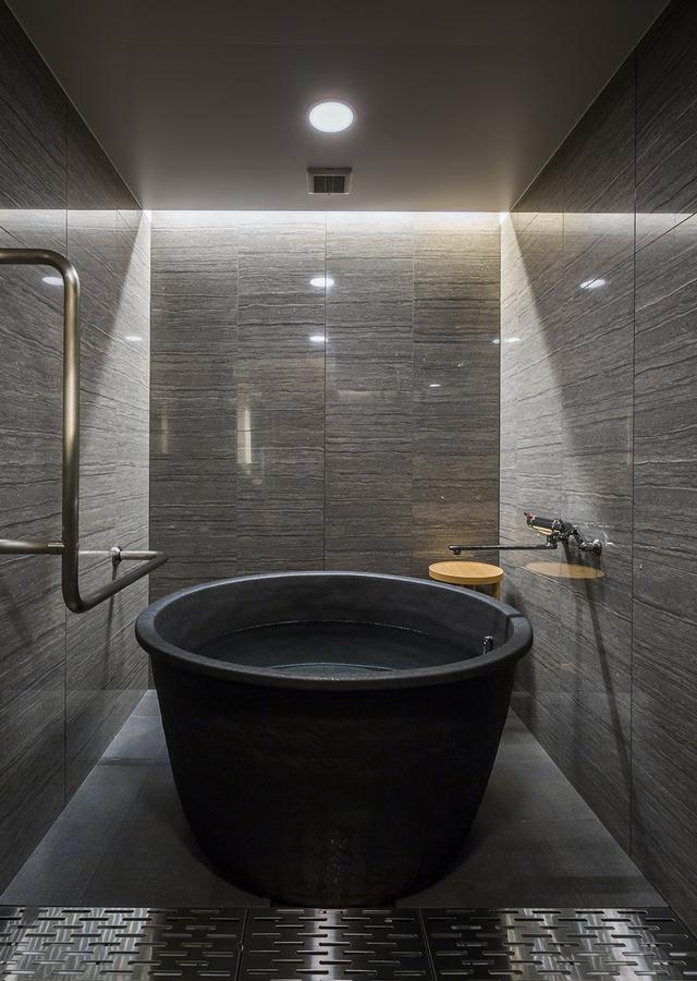 画像: ひとつひとつが手造りという信楽焼のバスタブ<直径110㎝>が設置された浴室 PHOTOGRAPHS: COURTESY OF HOTEL RYUMEIKAN OCHANOMIZU HONTEN