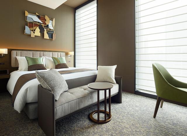 画像: 「スーペリアダブル」<23.5㎡>。木目の生かされた落ち着いた色調の部屋