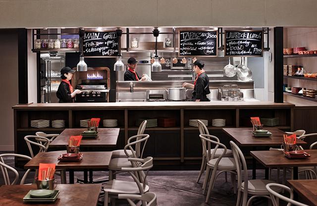 画像: 天井高6mの開放的な空間のメインレストラン。LAVAROCK(溶岩石)でグリルする料理は素材の旨味を最大限に引き立てる