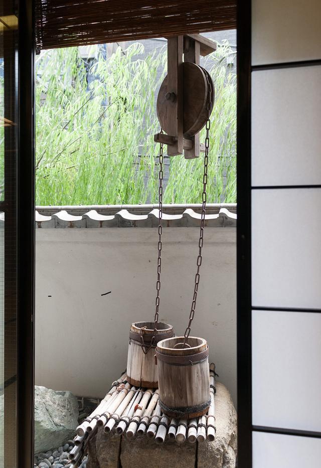 画像: 古くから残る井戸をそのまま飾りに