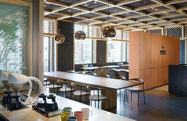 画像: レセプションのボードは、ラウンジとカフェを隔てる役目も。 カフェではオリジナルのスイーツやサンドイッチ、パンも手作り