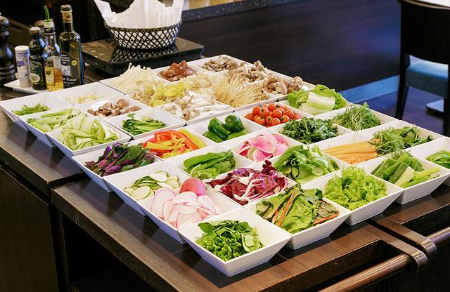 画像: 野菜は東京産を中心に提供。新鮮野菜コーナーに並ぶのはしゃぶしゃぶ用だが、生でサラダにも PHOTOGRAPHS: COURTESY OF HOTEL RYUMEIKAN TOKYO