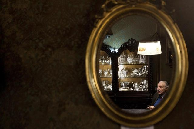 画像: カルリ宝飾店の12代目店主であるピエトロ・カルリ、89歳。この店は、彼の一族が代々営んできたファミリー・ビジネスだ