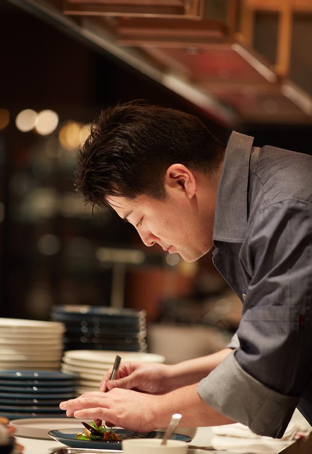 画像: 料理長の早坂心吾氏が腕を振るうオールデイダイニング「NAMIKI667」。ライブ感あふれる、ショーキッチンと呼ばれるレストラン