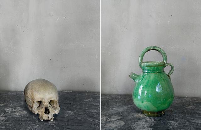 画像: セザンヌのアトリエ内に置かれた静物画のモチーフを撮影した写真。釉薬をかけた陶器の水差し(写真左)と頭蓋骨(写真右)。ともにジョエル・マイロウィッツの最新作品集より COPYRIGHT JOEL MEYEROWITZ, COURTESY HOWARD GREENBERG GALLERY