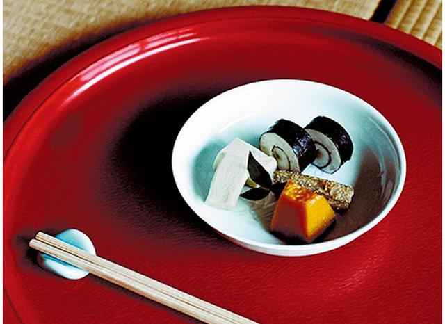 画像: 「曇華院」から伝わる「お煮しめ」の美しさは秀逸。昼の精進料理には必ず供される。大和いもを白く煮て、わさびを芯にした海苔巻き、3時間も炊いて柔らかく仕上げたごぼうの胡麻和え、しょうゆを極力使わず白く仕上げた高野豆腐、彩りに添えたかぼちゃの煮もの