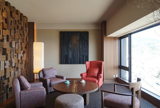 画像: 「オーシャンビュー スイート」のリビングスペース。 部屋に備え付けのドリップコーヒーはオリジナル