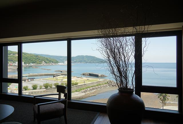 画像: リビングスペースの大きな窓の外には、一面の海が広がる