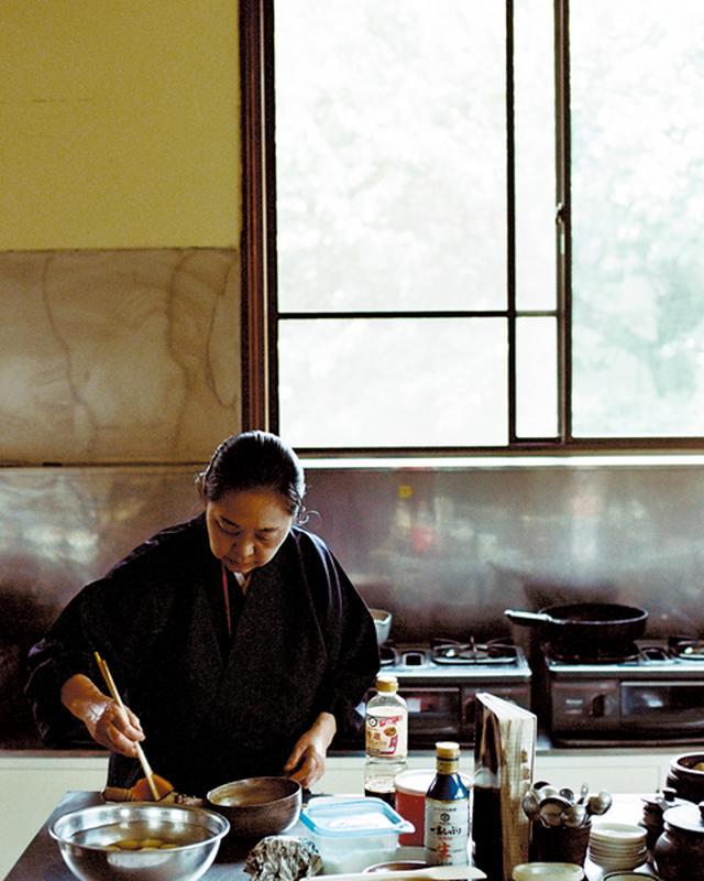 画像: 料理教室にも使われる広々とした厨房で料理する西井香春