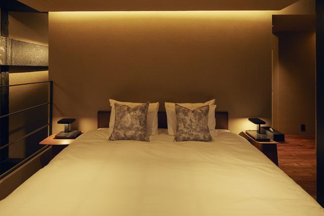 画像: 光を緩やかに拡散する土壁のベッドルーム。 ファブリックは細尾の西陣織、ベッドは京都で180年以上寝具づくりを続けるイワタ製 PHOTOGRAPHS: COURTESY OF HOSOO RESIDENCE