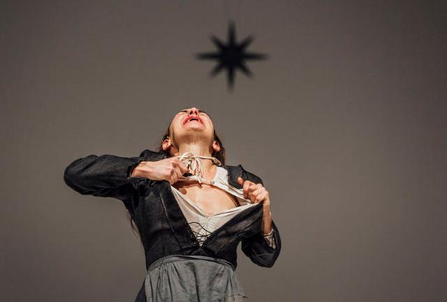 画像: ロメオ・カステルッチ演出『デモクラシー・イン・アメリカ』 PHOTOGRAPH BY GUIDO MENCARI