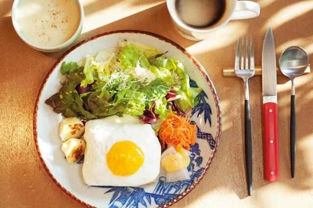 画像: 「15°C」の自家製食パンを使った「クロックマダム」。スープ、サラダ、コーヒーつき。¥1,000