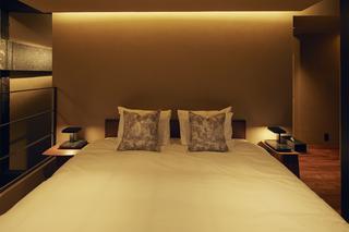 光を緩やかに拡散する土壁のベッドルーム