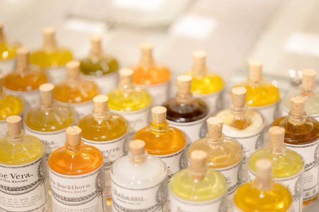 画像: 店には世界中から厳選された植物を使ったオイルが、100種類ほど並ぶ。それぞれの人がもつ肌や髪などの悩みを改善する効能のあるオイルを、カウンセリングを受けながら選ぶことができる