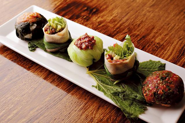 画像: 「韓国風手まり鮨」by 草思庵。韓国料理の基本となるビビン(まぜる)とサム(包む)を手まり鮨風にアレンジ