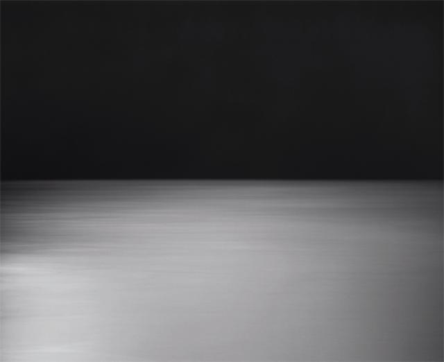 画像: 〈海景〉シリーズは世界各地の海を同じ構図でとらえる。空と海と水平線、この一瞬に永遠を思わせる 《Bay of Sagami, Atami》1997 ©HIROSHI SUGIMOTO/COURTESY OF GALLERY KOYANAGI