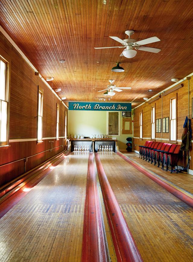 画像: 2015年にオープンした「ノース・ブランチ・イン」にある20世紀のボウリング・アレー