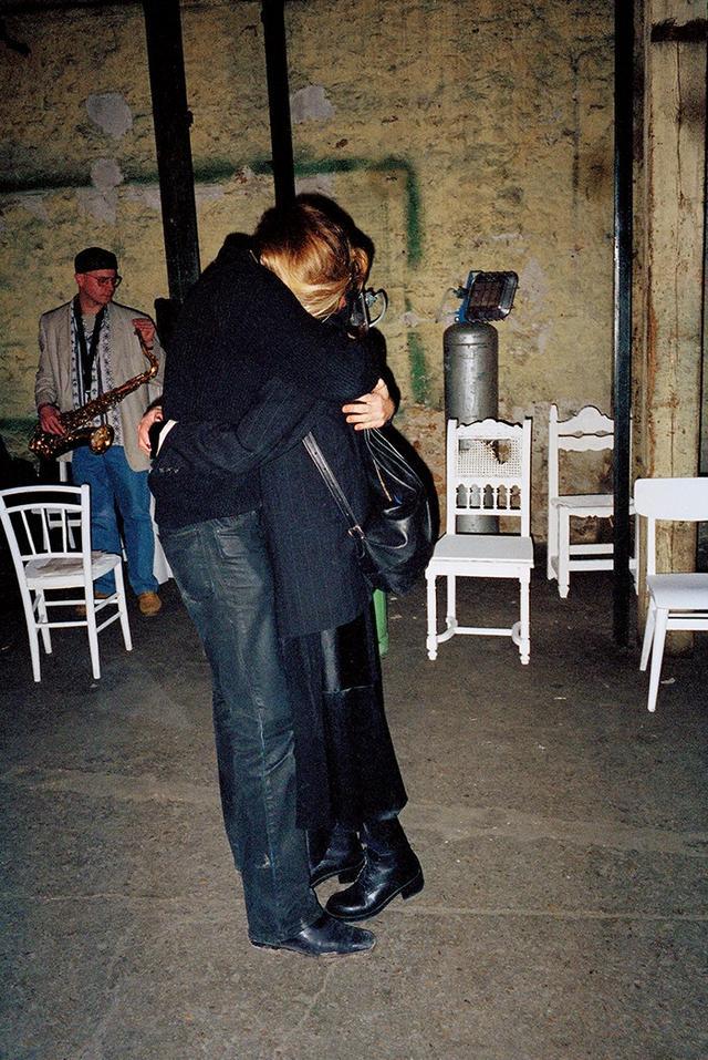 画像: 同じ考えをもったビジネスパートナー、マルタン・マルジェラとジェニー・メイレンス。メイレンスの誕生日のサプライズパーティで抱き合うふたり(1995年) PHOTOGRAPH BY ANDERS EDSTROM