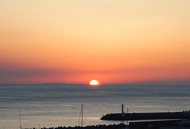 画像: 客室からの眺望。モーニングコーヒーを楽しみながら、海から昇る朝日を眺めるのもいい。早起きしてぜひ
