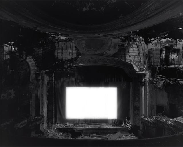 画像: 東京都写真美術館改装後の展覧会で発表される新作〈廃墟劇場〉より 《Paramount Theater, Newark》2015 閉鎖した映画館を探し、 大光量のプロジェクターを設置し映画一本を上映する。往年のにぎわいをしのばせる建物が朽ちていく時間と 焼きつけられた永遠である映画の中で起こる出来事が一枚のフィルムの上に ©HIROSHI SUGIMOTO/COURTESY OF GALLERY KOYANAGI
