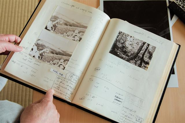画像: 〈ジオラマ〉撮影時のノート。撮影データ、 プリントデータともに克明に記録されている PHOTOGRAPH BY YASUYUKI