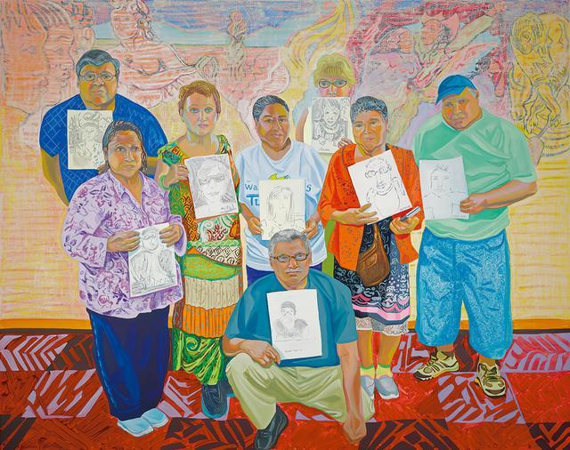 """画像: メキシコ・シティで育ち、""""正式な書類を持たない""""移民たちを描くことが多いアリーザ・ニーセンバウムの作品。 《Wise Elders Portraiture Class at Centro Tyrone Guzman. En Familia hay Fuerza with mural on the history of immigrant farm labor to the United States》 (2017年、リネンに油彩) では、自ら描いた肖像画を持つ移民たちをとらえた IMAGE COURTESY OF THE ARTIST AND MARY MARY, GLASGOW"""