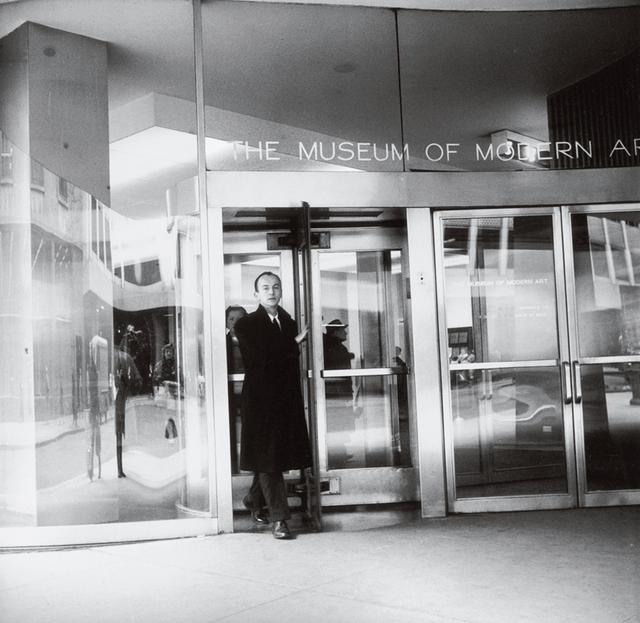画像: フランク・オハラは、長年勤務したMoMAでキュレーターなどさまざまな仕事をした。詩集『LUNCH POEMS』(1964年)は、昼休みに彼が綴った詩で編まれている FRED W. MCDARRAH / GETTY IMAGES
