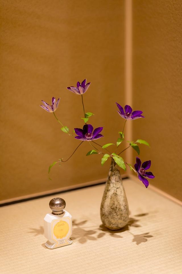 画像: 訪れる人を迎えるのは、茶室のような空間に生けられた茶花。京都の茶花を専門にする店から、その季節にふさわしい花が生けられる PHOTOGRAPHS: COURTESY OF OFFICINE UNIVERSELLE BULY KYOTO