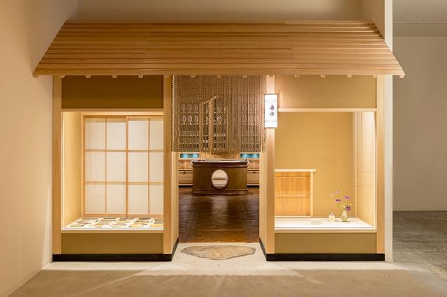画像: 清々しい白木の店構え。障子やにじり口をしつらえ、日本の茶室をイメージした造りになっている。外観に店の名は一切なく、ただ「香水」との表示がさりげなく灯されている